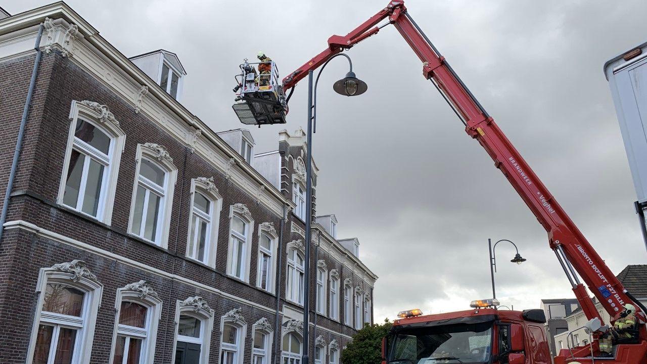 Brandweer verwijdert losgewaaide plaat van dak in Veghel