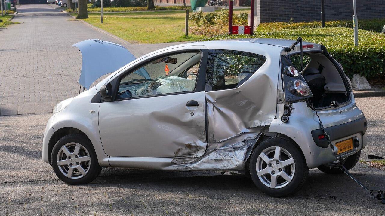 Auto's botsen op elkaar op Schaepmanlaan in Oss
