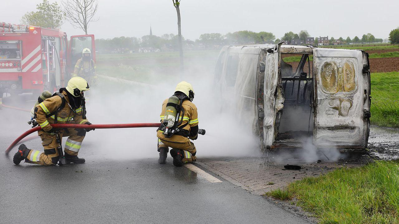 Bestelbus vliegt al rijdend in brand in Haren