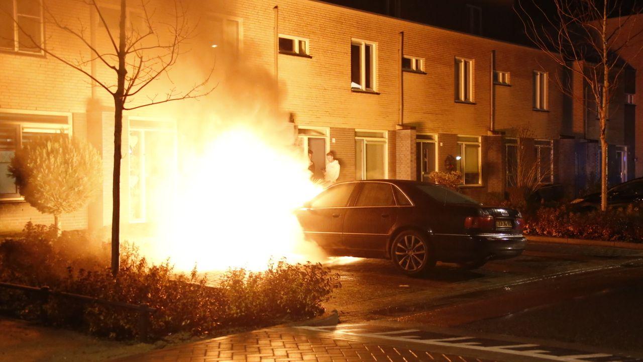 Geparkeerde auto brandt volledig uit in Uden, Burgernet-actie op touw gezet
