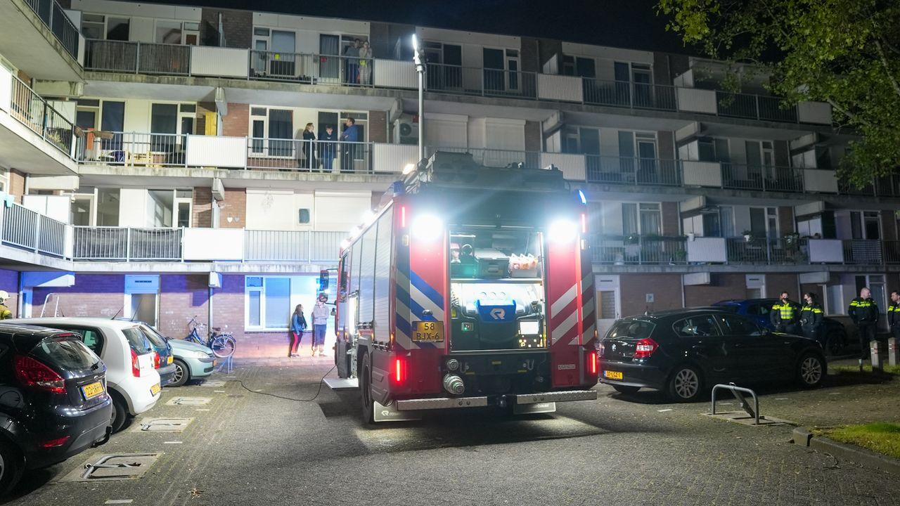Brand in kelderbox Oss appartement, bewoners midden in de nacht op balkon