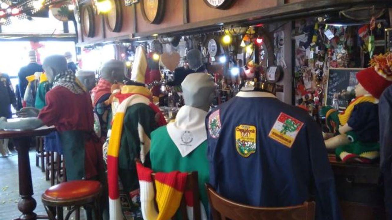 Volle kroeg met carnavalsgasten in Den Bosch
