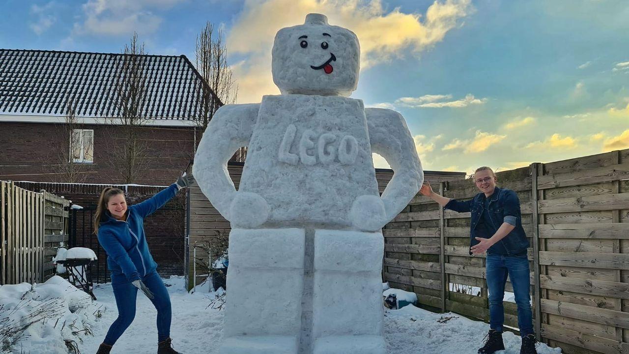 Geen sneeuwpop, maar een grote legopop van sneeuw in Berghem