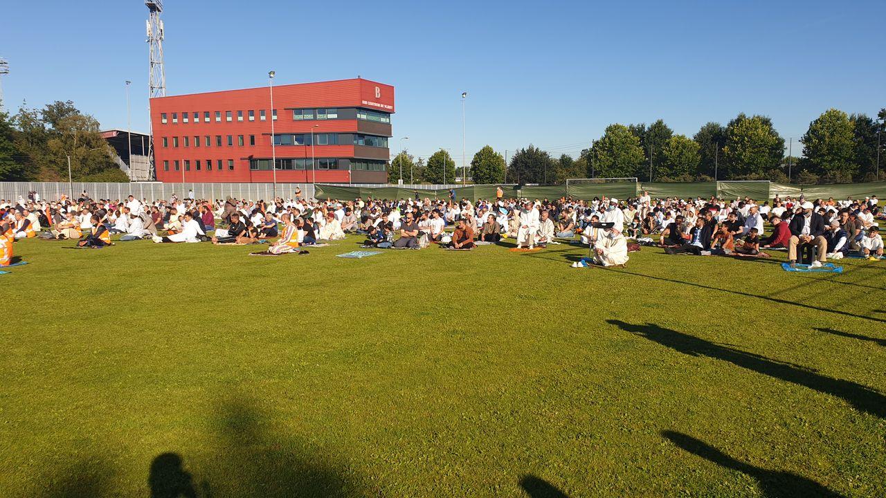 Ongeveer 1000 moslims bidden op voetbalveld BVV in Den Bosch