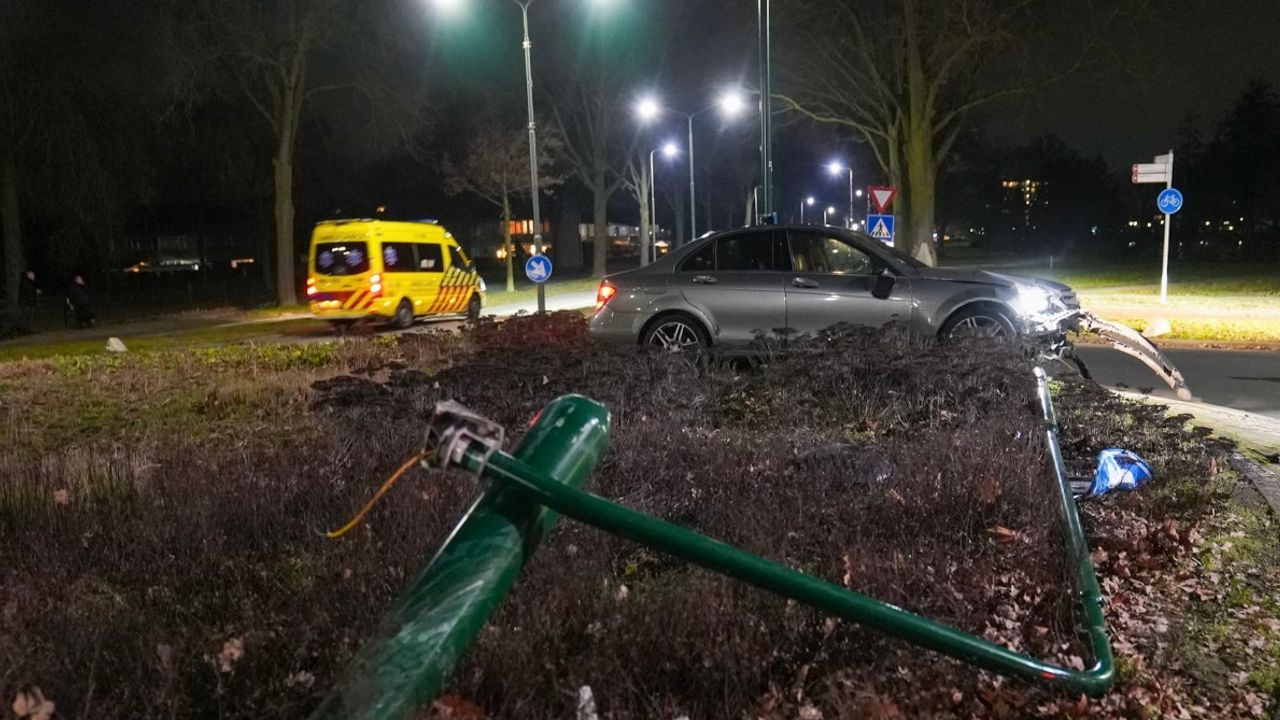 Auto rijdt lantaarnpaal uit de grond in Oss