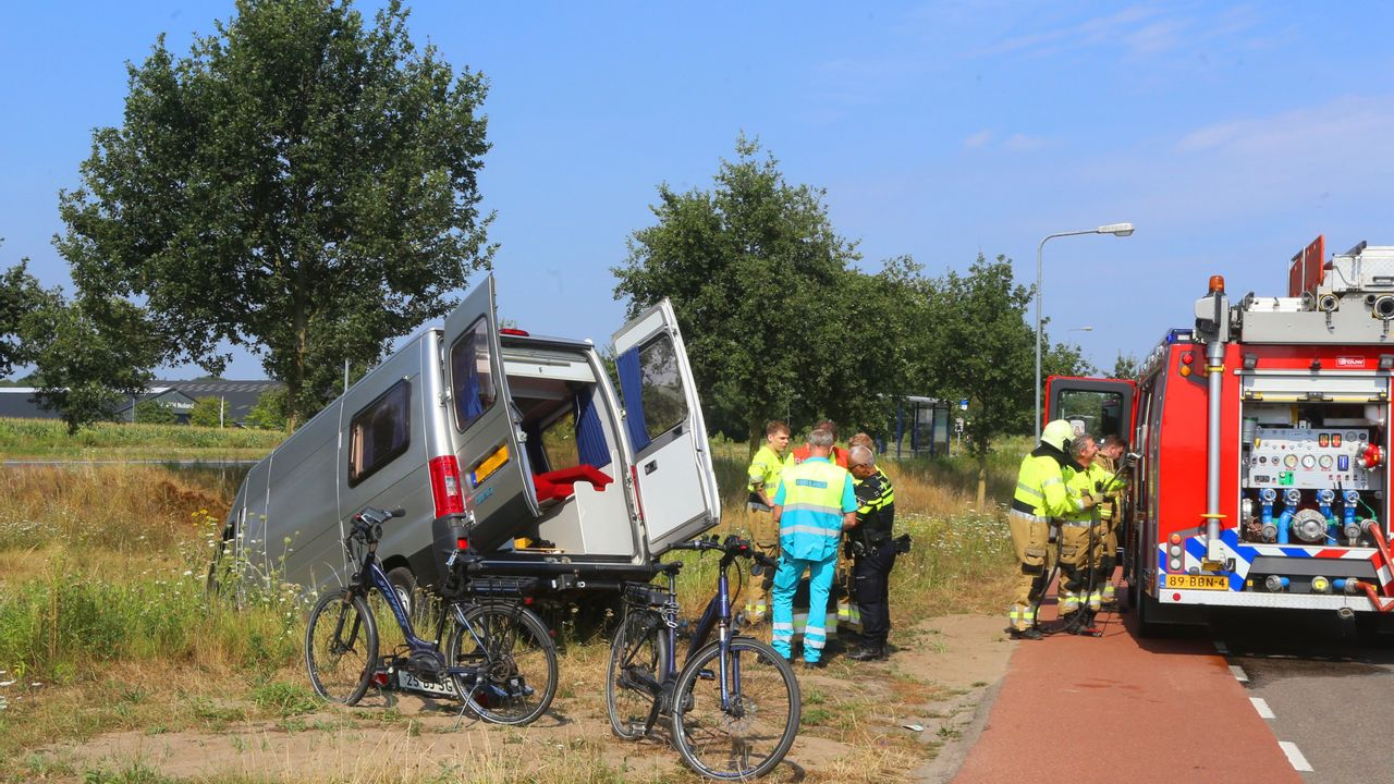 Camper belandt in de sloot in Rosmalen