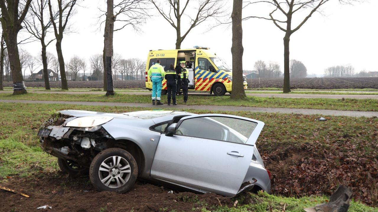 Auto belandt in sloot na botsing tegen boom