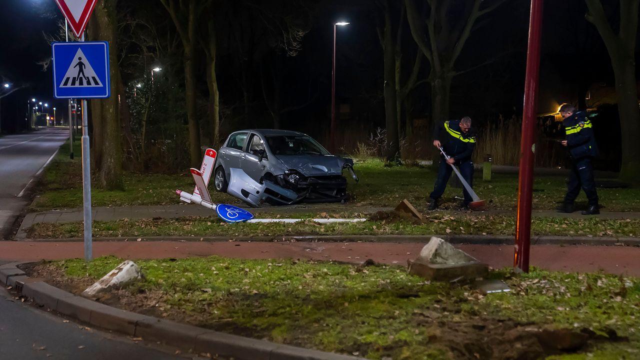 Beschonken automobilist verliest controle over het stuur en vliegt over rotonde in Oss