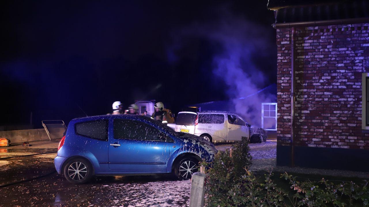 Twee personenauto's branden uit aan Muggenhoek in Heeswijk-Dinther