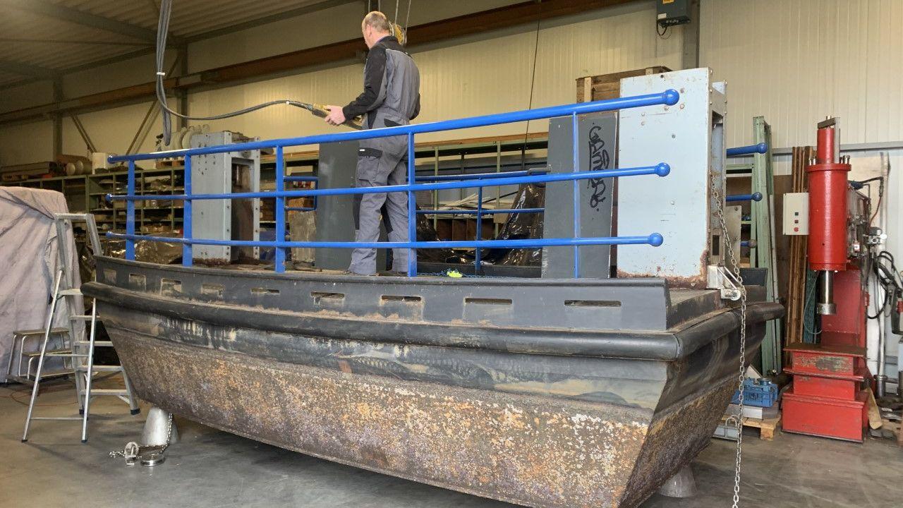 Het Bossche pontje 'De Moerasdraak' staat in Lith voor onderhoud