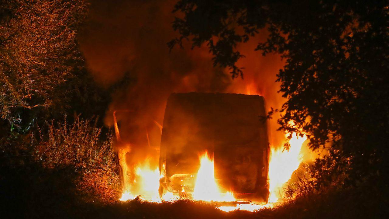 Bestelbus brandt uit in Oss: chauffeur nergens te bekennen