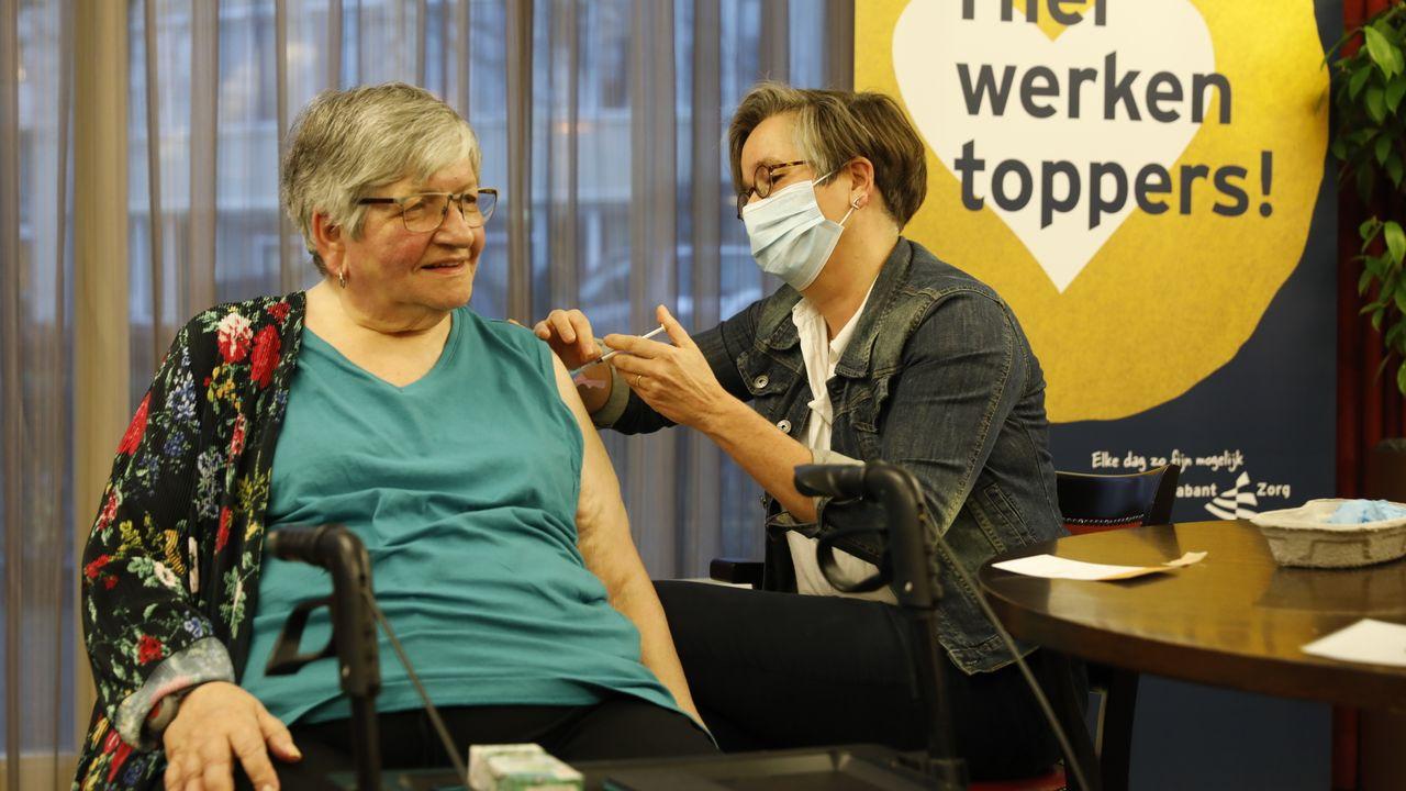 Ook bij verpleeghuizen BrabantZorg zijn vaccinaties begonnen: 'Heel uniek moment'