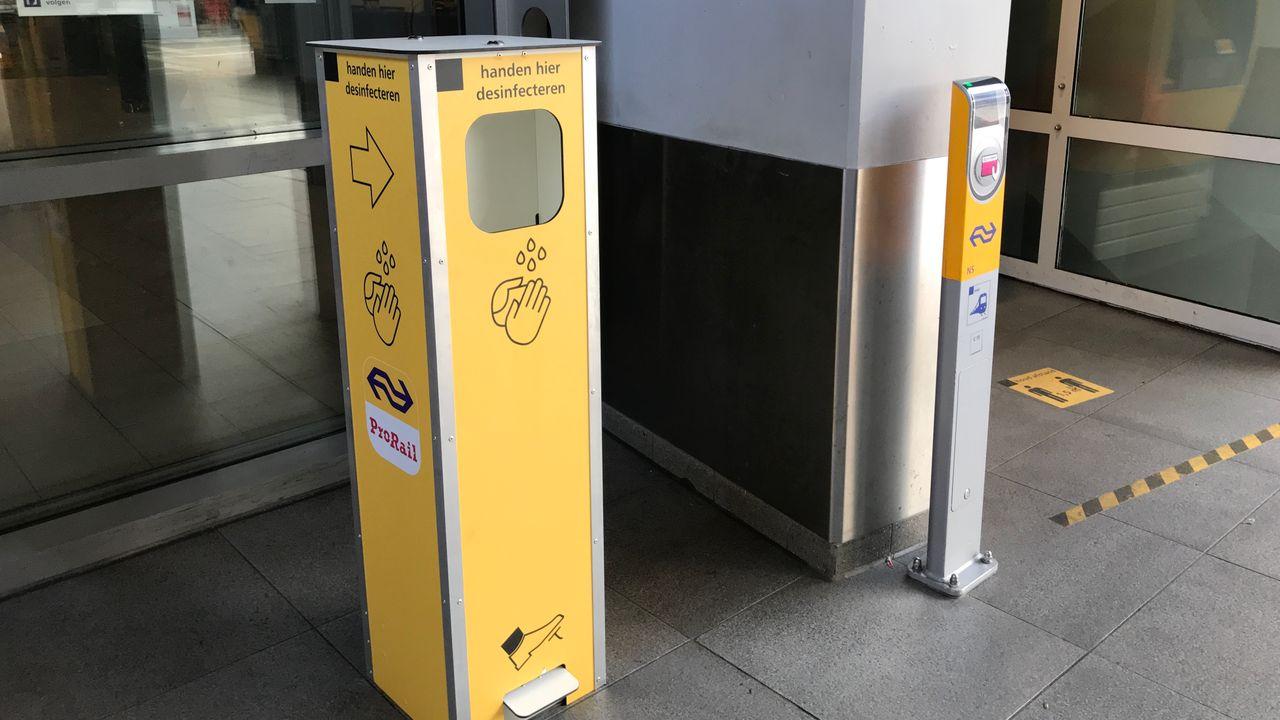 Desinfectiezuil als extra coronamaatregel op station Den Bosch