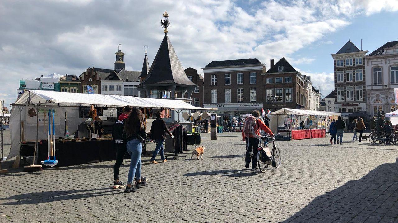 Bezoekers blijven naar de markt komen: 'Vooral de citrus gaat hard'