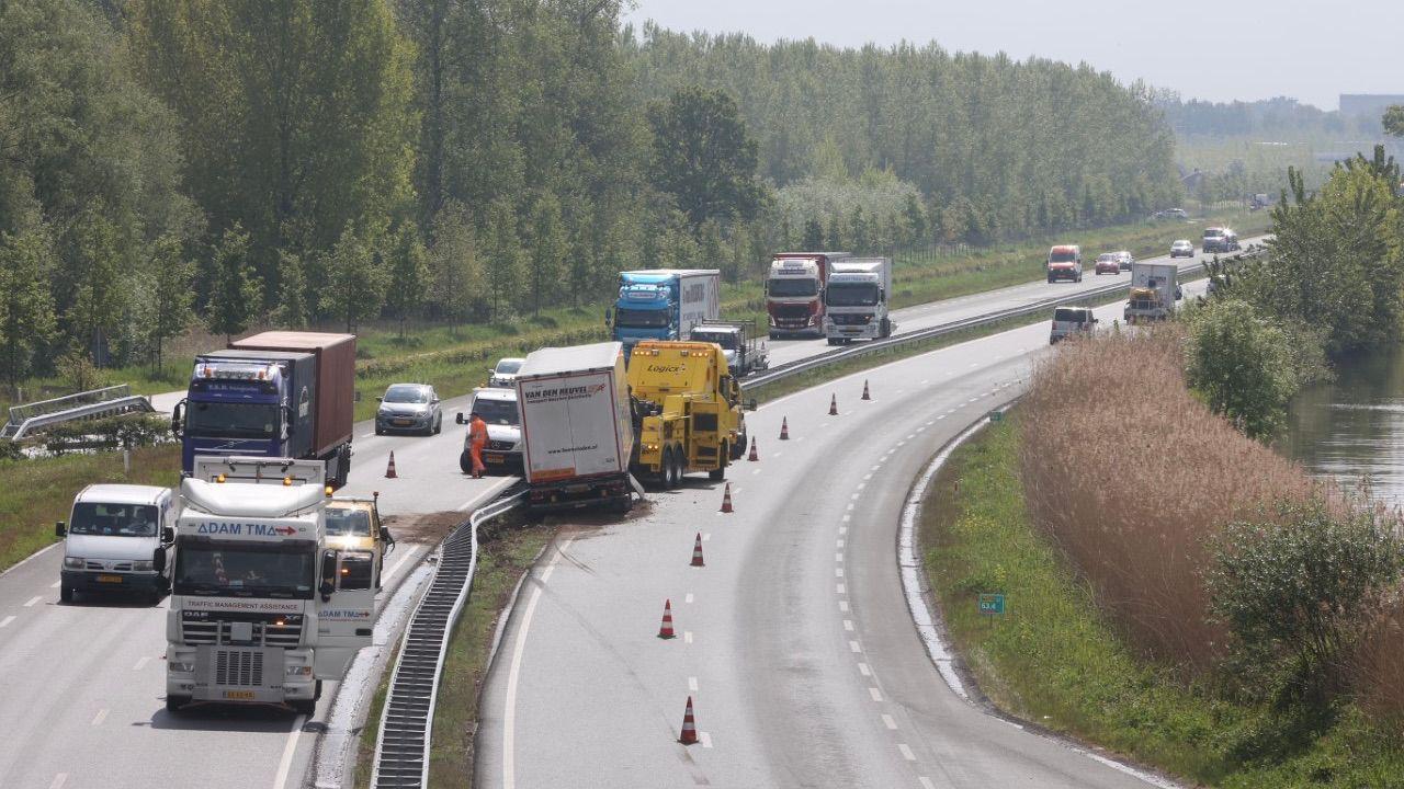 Vrachtwagen verliest trailer op N279 bij Heeswijk-Dinther
