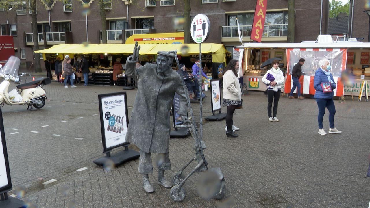 Levend standbeeld 'Chagrijnige Vent' wijst Ossenaren op coronamaatregelen: 'Blijf gezond, heb respect voor elkaar en houd die afstand'