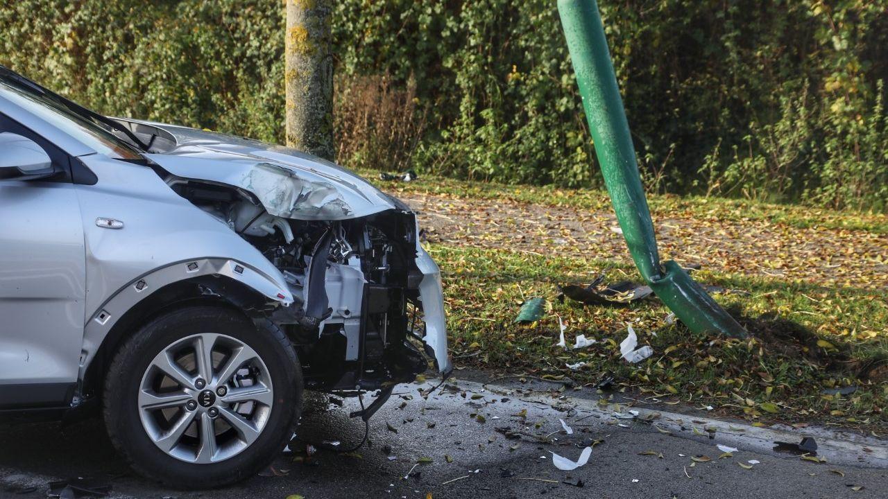 Gloednieuwe auto botst tegen lantaarnpaal in Oss