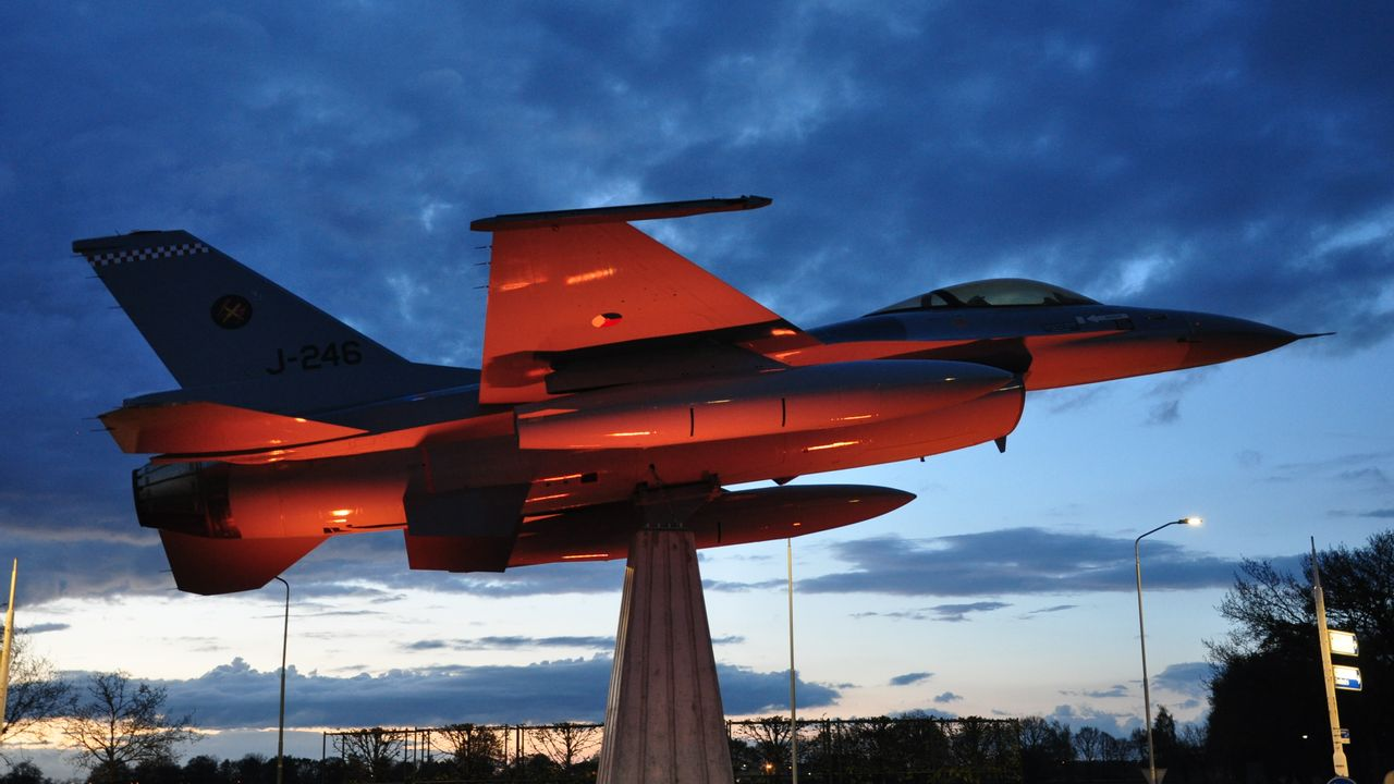 F-16 op rotonde bij Rondweg Volkel staat na half jaar weer in de spotlights