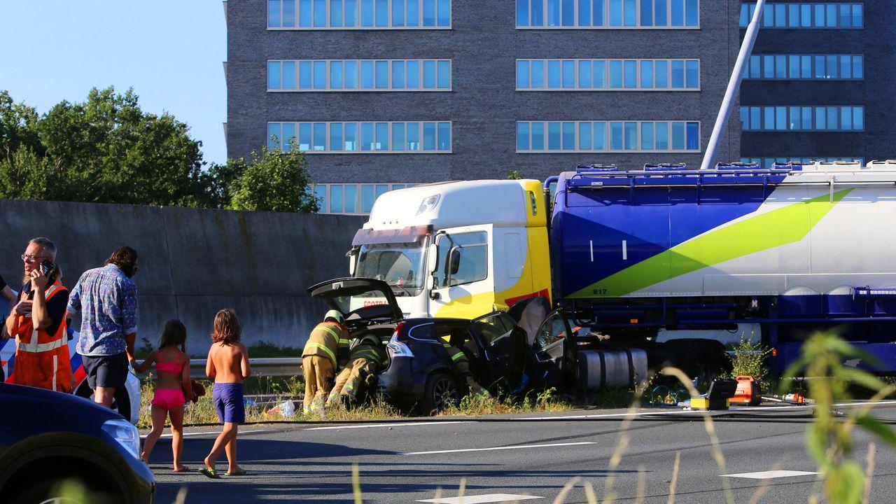 Vrachtwagen ramt lantaarnpaal en vangrail