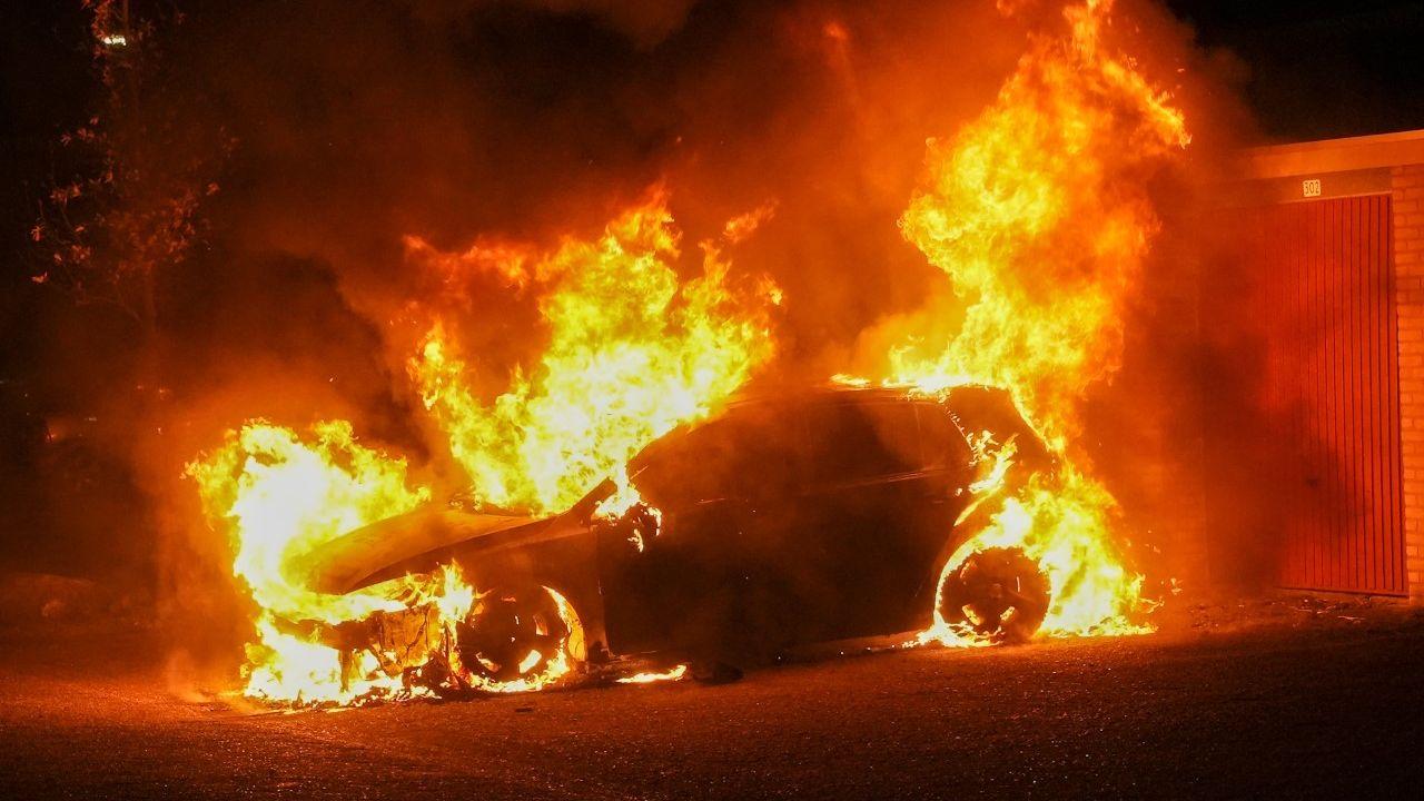 Auto gaat in vlammen op in Oss