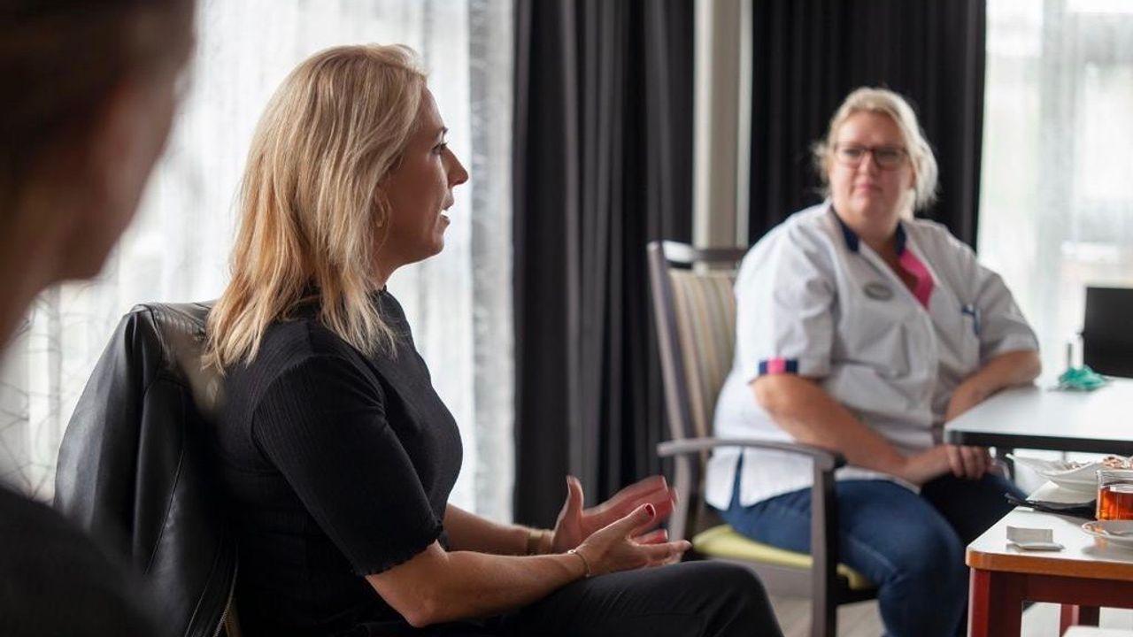 """Lilian Marijnissen bezoekt De Wellen: """"In een verpleeghuis valt er niets af te schalen"""""""