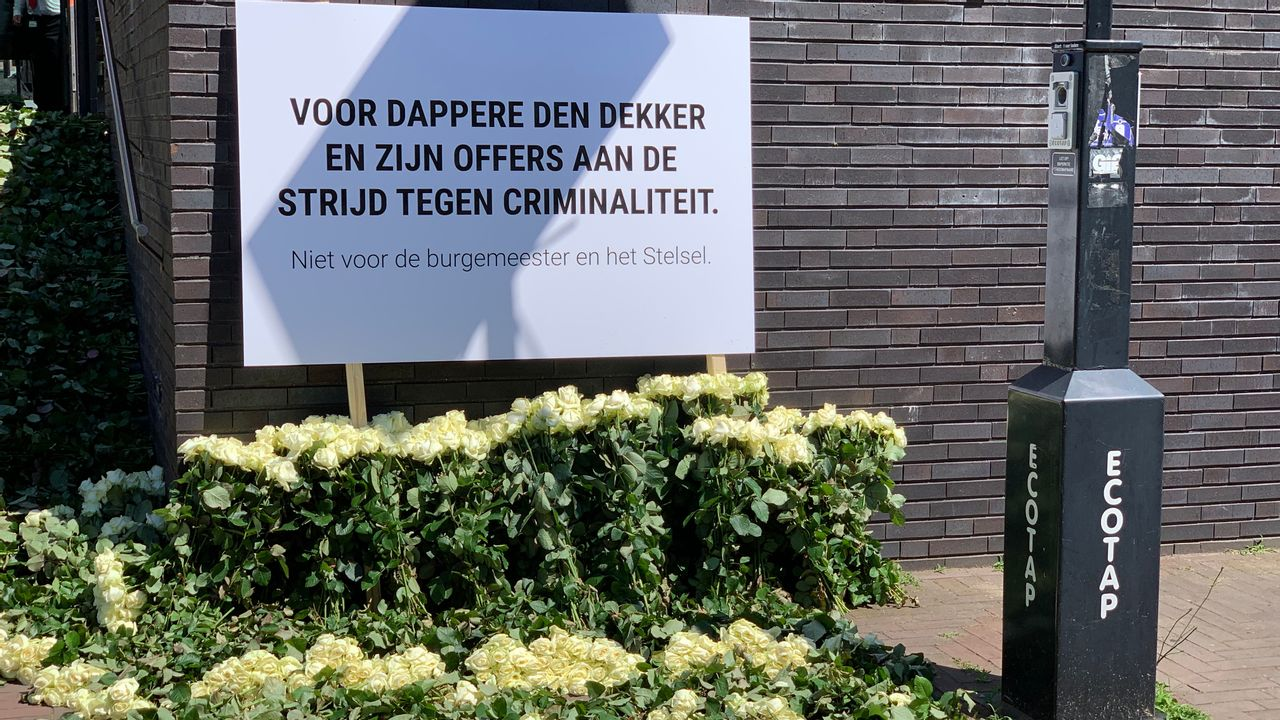 Witte rozen bij gemeentehuis voor Arie den Dekker