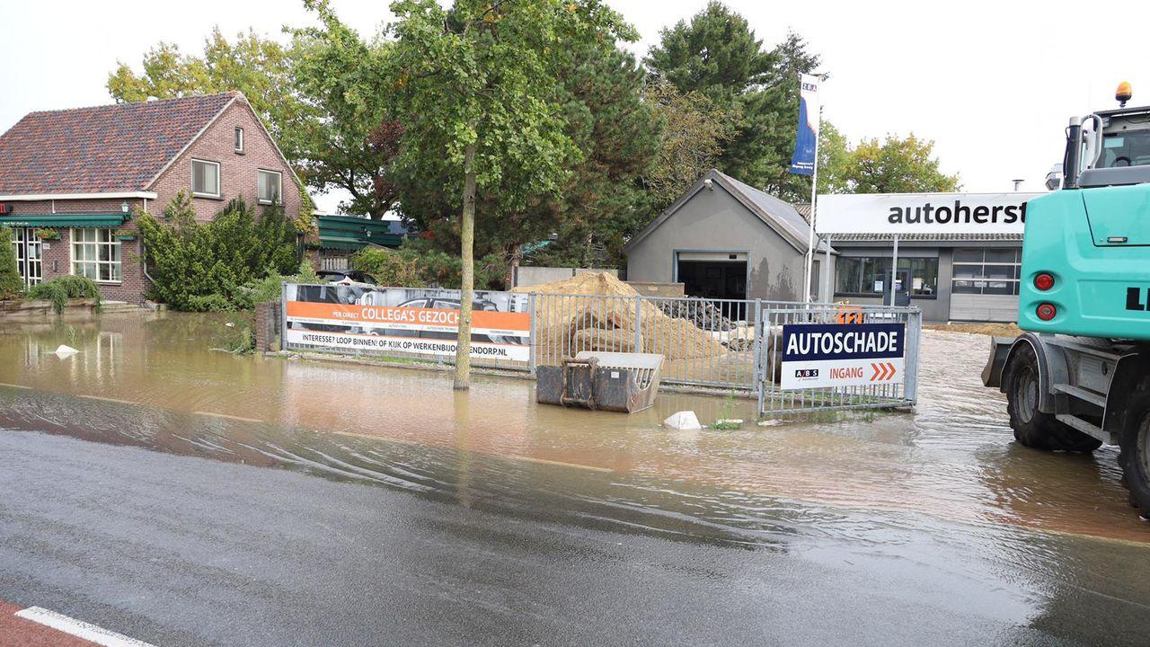 Straat staat blank door gesprongen waterleiding in Uden