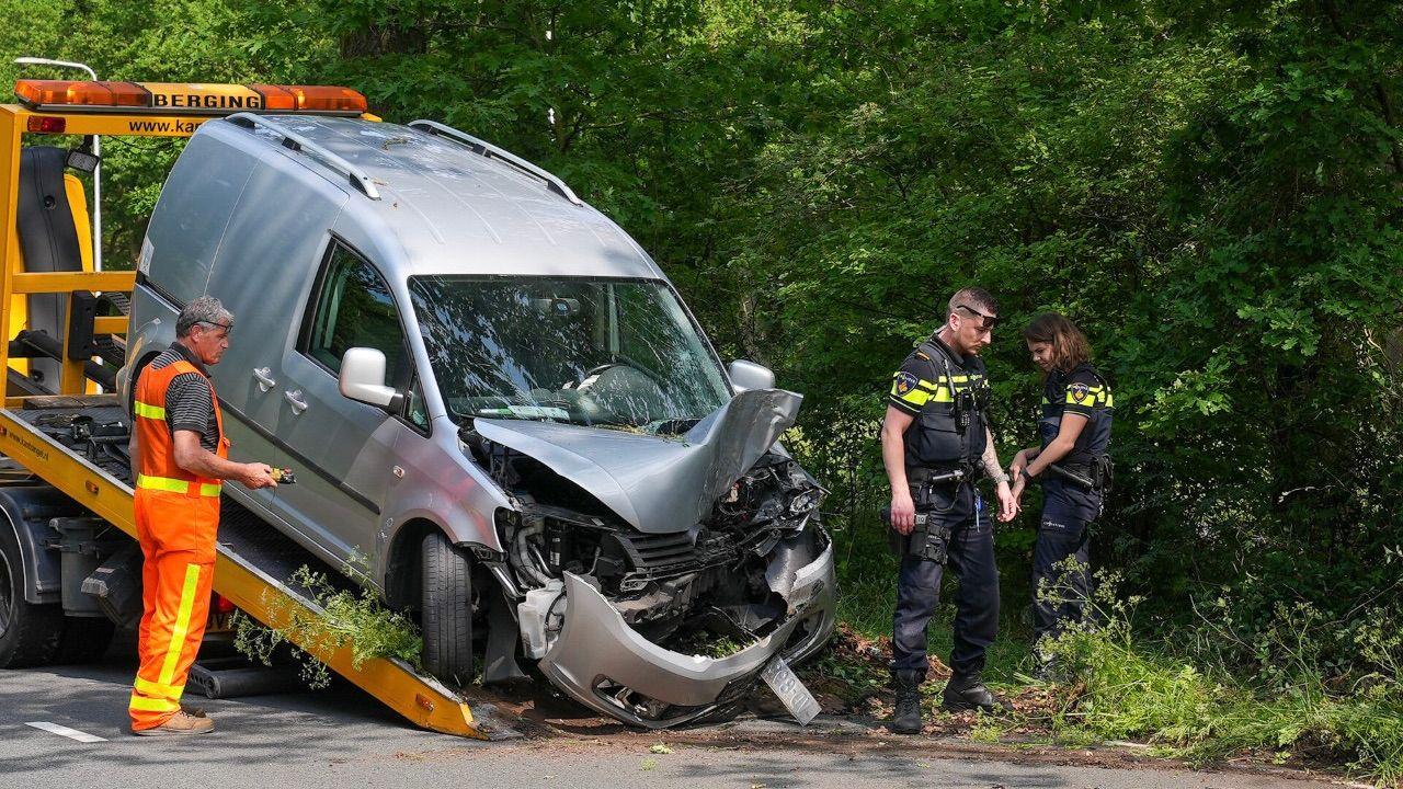 Automobilist gewond bij botsing tegen boom op Ruwaardsingel in Oss