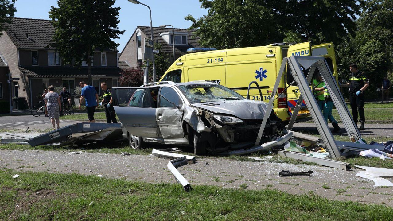 Automobilist ramt bushokje in Oss