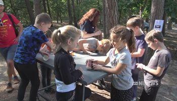 Kinderen vermaken zich tijdens Moeschakamp in Schaijk